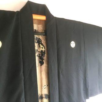 antique_veste_kimono_haori_soie_noire_mitsu_tomoe_take_koi_nobori_3
